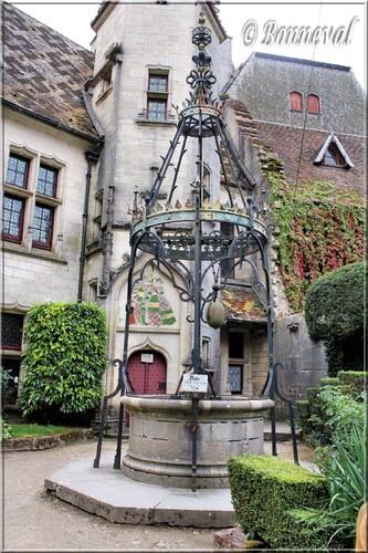 Château de La Rochepot Bourgogne le puits du 13ème siècle dans la Cour Intérieure