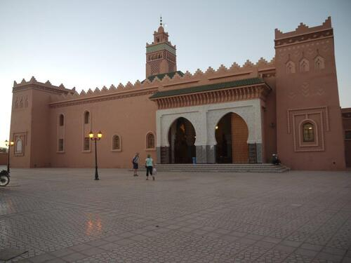 Un magnifique mosquée, porte ouvertes l'intérieur est de toute beauté