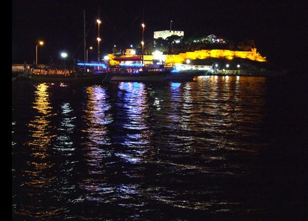 Reflets la nuit sur la mer