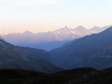 Vue du Refuge du Fond des Fours (2534 m) très tôt le matin
