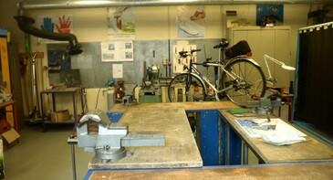 atelier métallerie et réparation vélo dans l'autre bâtiment