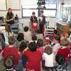 Pendant le goûter, les élèves se lisent leur poèmes en anglais ou en français.