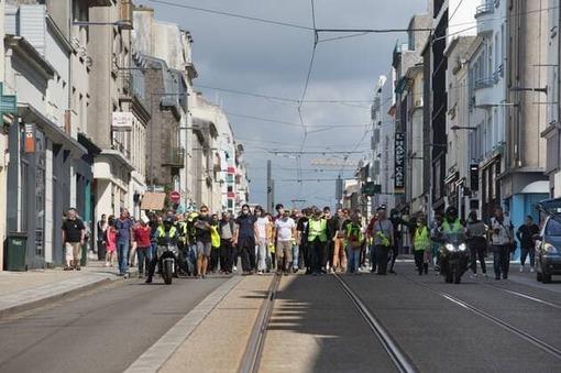 Une petite centaine de Gilets jaunes se sont rassemblés place de Strasbourg puis ont défilé vers la place de la Liberté. J.