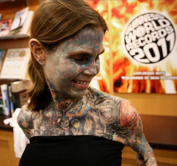 Découvrez Julia Gnuse, la femme la plus tatouée au monde