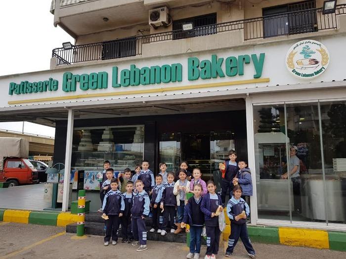 Les EB1 découvrent les métiers de fleuriste et boulanger à Byblos.