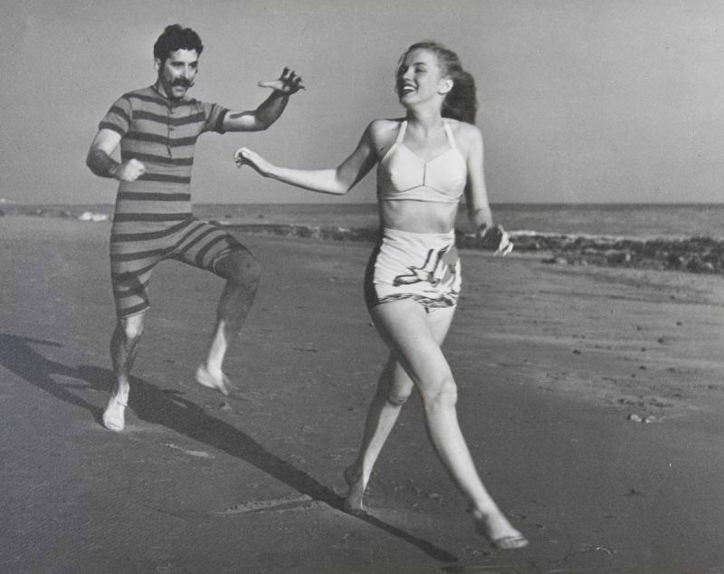 Norma Jeane en bikini bicolore en mars 1946 à Zuma Beach, une plage de Malibu en Californie avec The Drunkards Troup, une compagnie théâtrale.  Photographies de Joe Jasgur