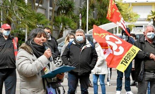 Plus d'une centaine d'agents communaux ont manifesté ce mardi 6 avril devant l'Hôtel de ville de Lorient contre la mise en place des 1607 heures de travail dans la fonction publique.