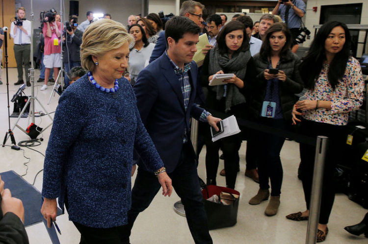 Lors d'une conférence de presse, Hillary Clinton a appelé vendredi le FBI à rendre publiques toutes les nouvelles informations dont il dispose dans l'enquête sur son usage d'une messagerie privée et a estimé que l'agence fédérale ne changerait pas sa recommandation de ne pas engager de poursuites à son égard. /Photo prise le 28 octobre 2016/REUTERS/Brian Snyder