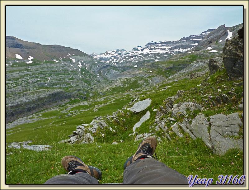 Sieste en vue du refuge de Goriz - Massif du Mont Perdu (Monte Perdido) - Aragòn - Espagne (España)