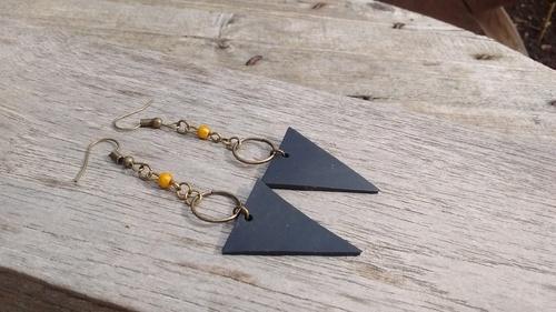Boucles triangle en chambre à air recyclée et perle jaune