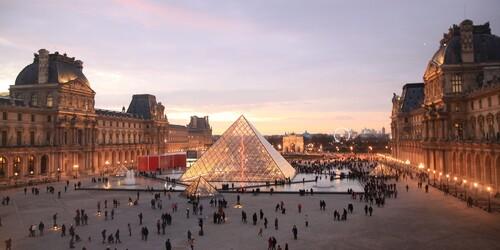 UNE VISITE AU LOUVRE A PARIS