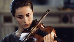 Emmanuelle Béart, sur un air de Ravel, tombe amoureuse d'un homme au coeur froid.