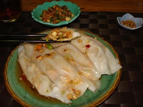 BÁNH CUÔN (pâte, à la poêle) - Fines crêpes de riz farcies, avec sauce Núoc Cham