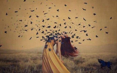 Femme-avec-papillons-sur-la-poitrine