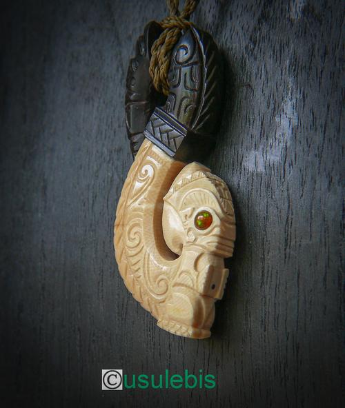 Pendentif Hei Matau en ivoire de Mamouth et ébène