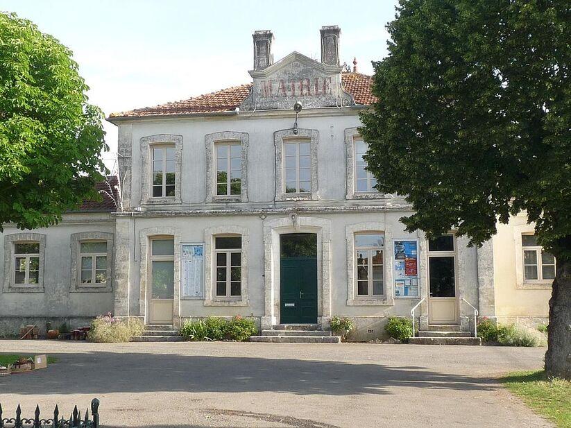 Coulgens mairie.JPG