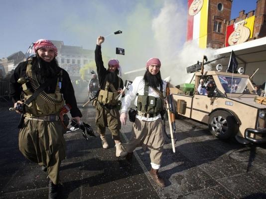 24 heures en images - Des gens déguisés en djihadistes lors du carnaval d'Alost, le 15 février.