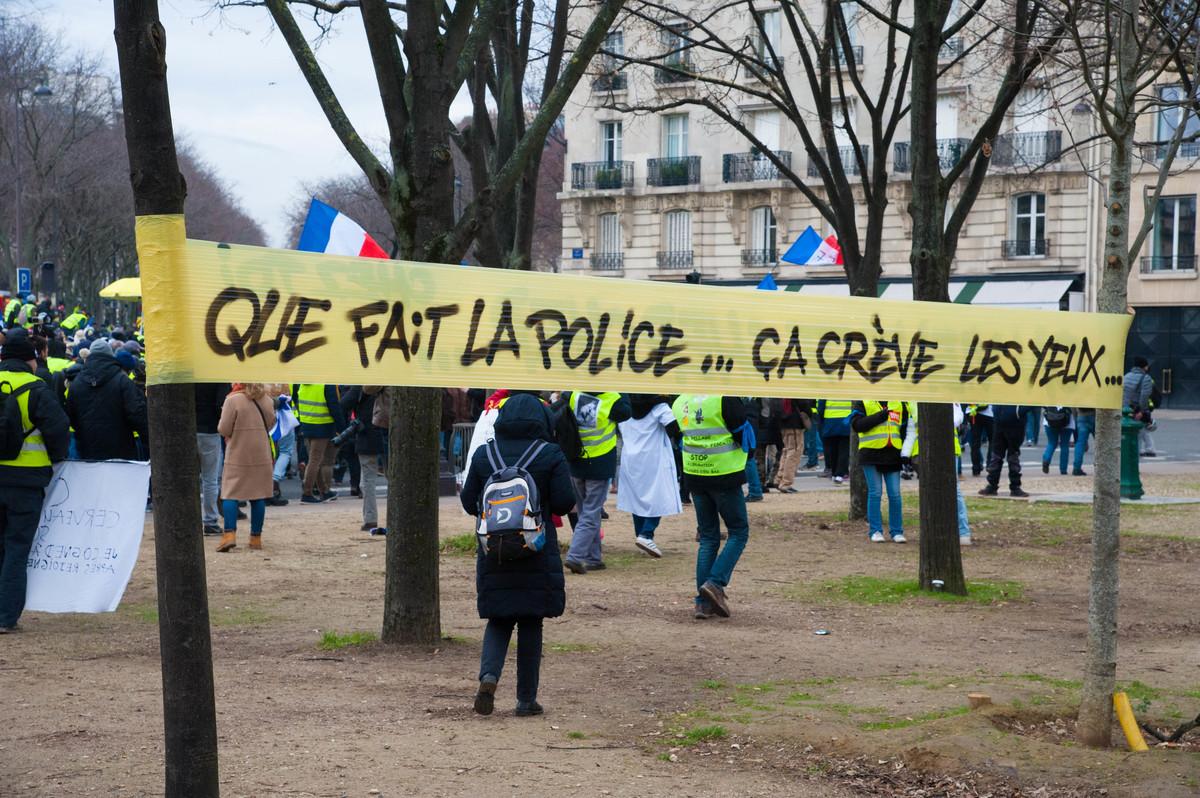 Avant le départ, aux Invalides, le message du jour est clair : protester contre les violences policières - © Reflets