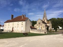 L'ancienne cure,aujourd'hui école maternelle  et l'église.