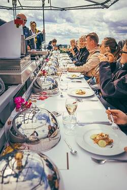A 4-star dinner hanging in the air to 50 meters high