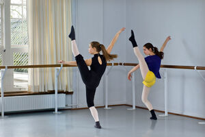dance ballet class training stretching studio