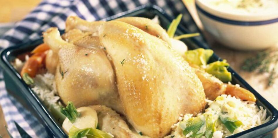 poule au pot au riz cuit dans le bouillon et sauce blanche