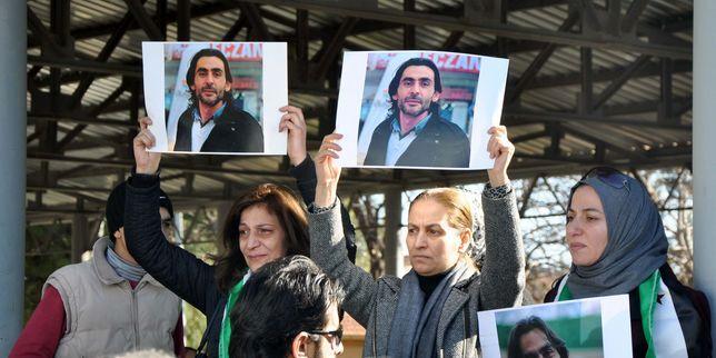 Des femmes brandissent des effigies de Naji Jerf, journaliste et activiste assassiné, lors de ses funérailles à Gaziantep, dans le sud de la Turquie, le 28 décembre 2015.
