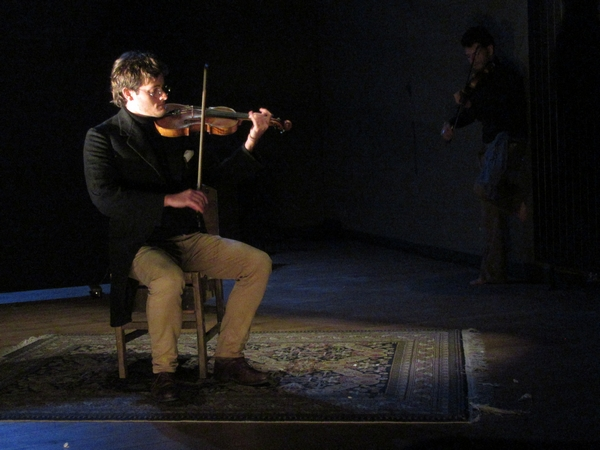 """""""Exil pour deux violons"""", une troupe en résidence salle Kiki de Montparnasse, a enthousiasmé les spectateurs par sa richesse scripturale et musicale..."""
