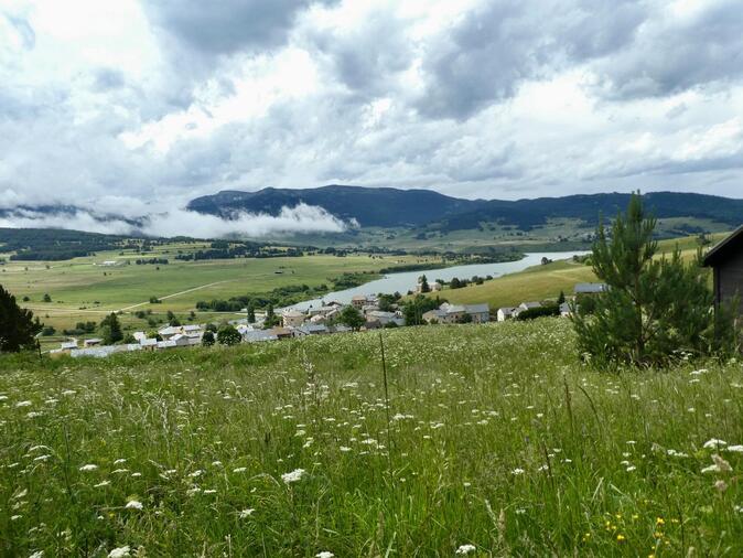 Peut être une image de nuage, nature, herbe et montagne