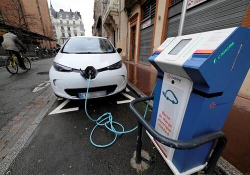 Le piéton, le trottoir et la voiture (électrique)