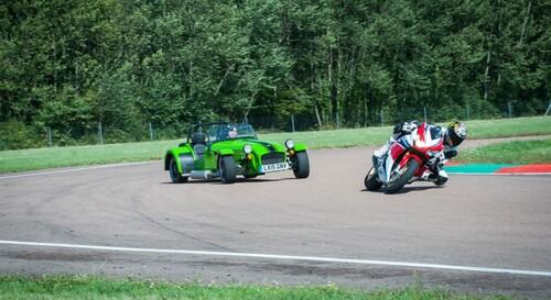 Caterham contre Honda CBR