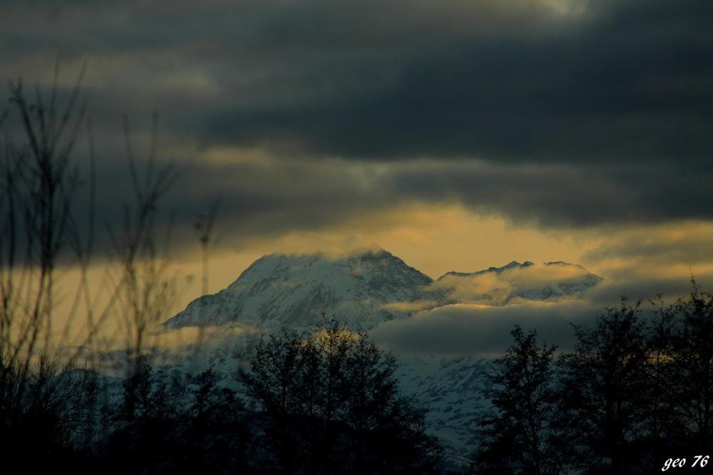 pic du midi et de montaigu dans les nuages