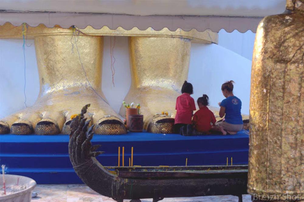 Dévotion au Bouddha: Une famille thaïlandaise aux pieds du Bouddha