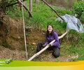 2016 - Laura (Espagne) plane le bois pour la pergola.