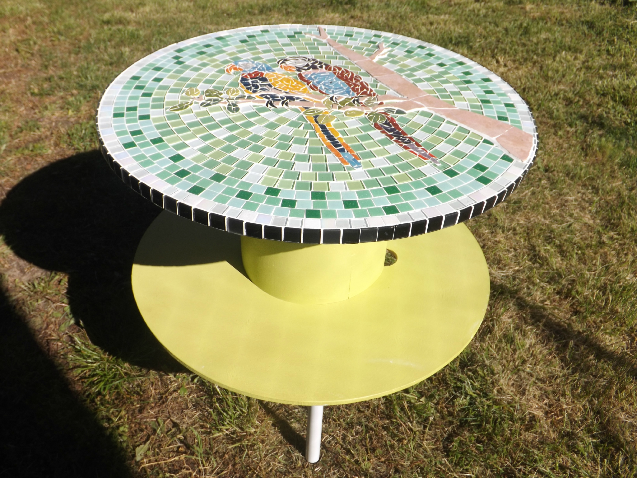 Table En Mosaique Realisee Sur Un Touret Les Perroquets