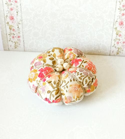 Fleur Pique épingles ou décoration de table tissu coton Liberty floral rose orangé et perles nacrées