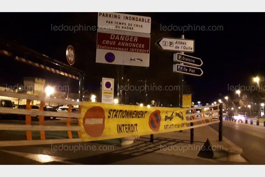 Le parking est fermé en raison du risque de crue du Rhône. Photo Le DL/J.-F.G.