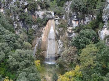 La cascade vue de la rive gauche, avec un peu d'eau (Mars 2014)