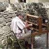 """La Couvertoirade """"parmi les artisans du village, un tisseran"""""""