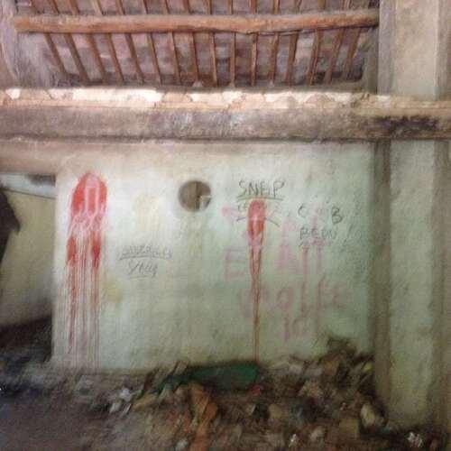Enorme maison vandalisée, squatée encore intriguante