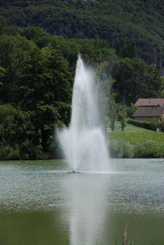 Le lac et son jet d'eu