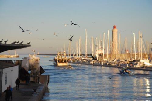 Le phare à l'entrée du port de plaisance à Sète