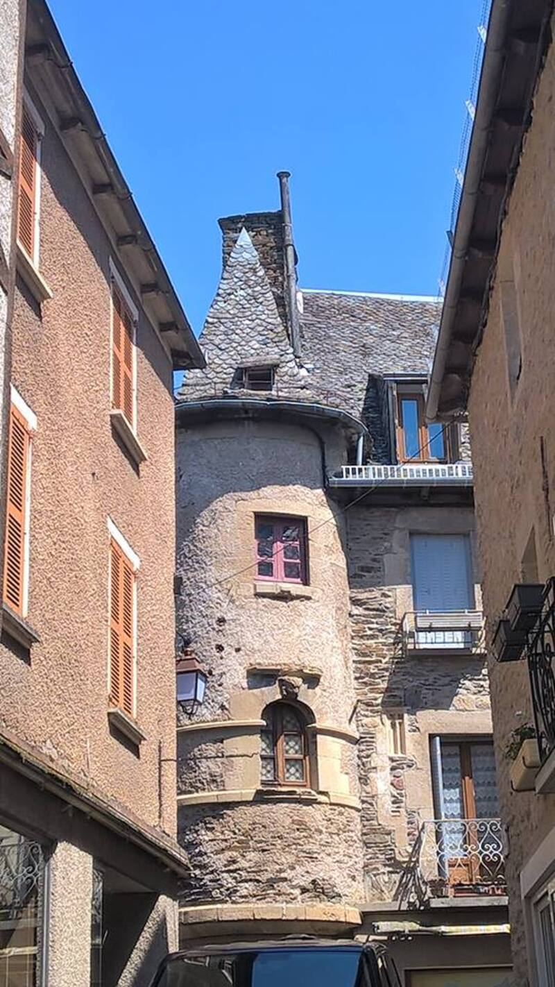 Estaing beau village...
