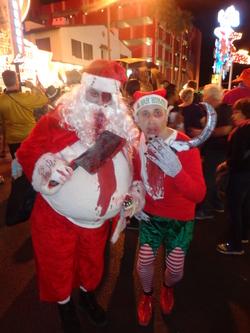 Un Père Noël et son lutin pour le moins flippants