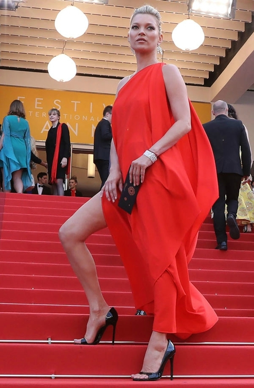 Kate Moss en rone rouge fendue à cannes