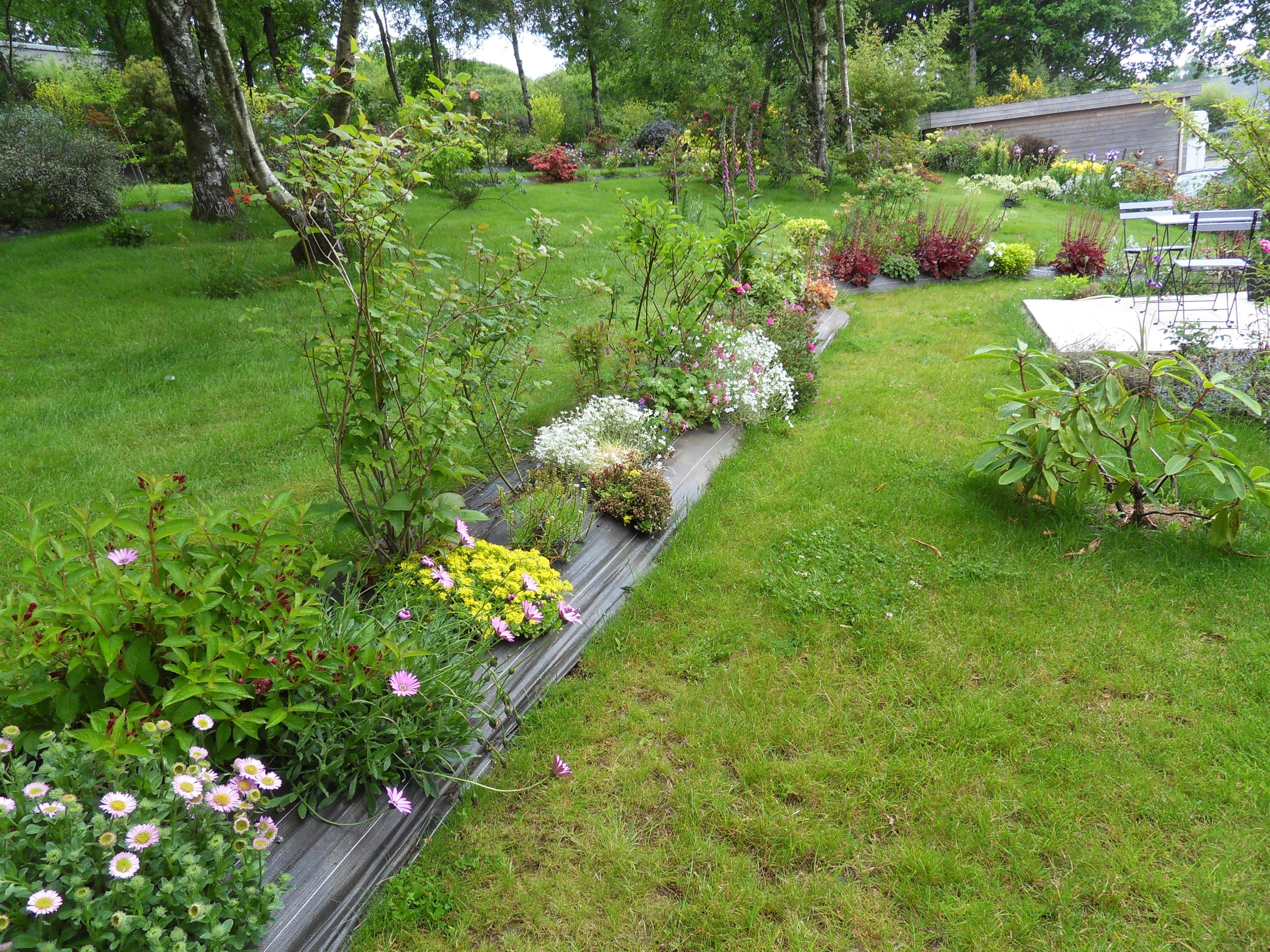 l gant parterre de fleurs devant maison id es de salon de jardin. Black Bedroom Furniture Sets. Home Design Ideas