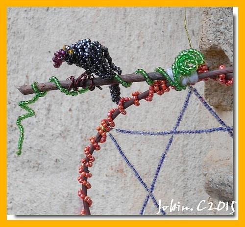 Corbeau et pentacle en perles de rocaille