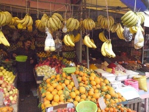 Notre vendeur de fruits, les prix sont affichés...