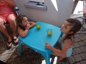 On s'amuse bien dans le jardin avec les cousins et les cousines
