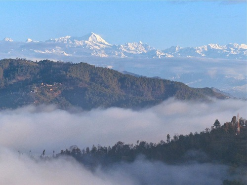 la vue se dégage sur l'Himalaya;